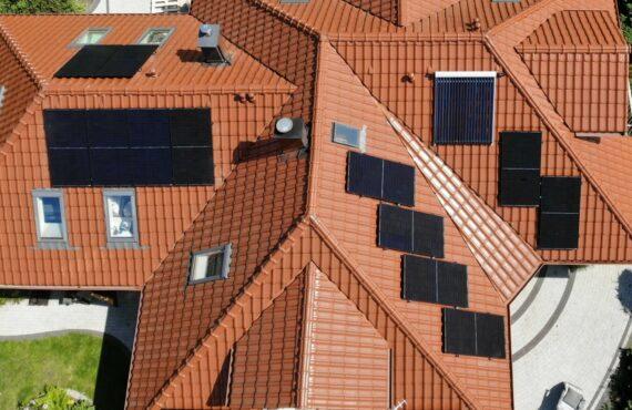 Fotowoltaika na skomplikowanym dachu – jak podejść do tematu?